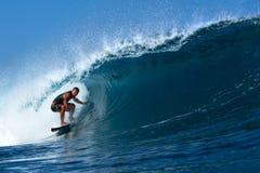 Tamayo Perry que practica surf el tubo en la tubería, Hawaii Foto de archivo libre de regalías