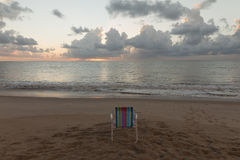 Tambau海滩-在海滩的椅子-日出 免版税库存图片