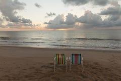Tambau海滩-在海滩的椅子-日出 免版税图库摄影