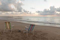 Tambau-Strand - Stühle auf dem Strand - Sonnenaufgang lizenzfreies stockfoto