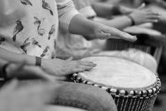 Tambor étnico en las manos del participante del concierto Imagenes de archivo