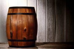 Tambor antigo de madeira velho do uísque no armazém envelhecido Foto de Stock
