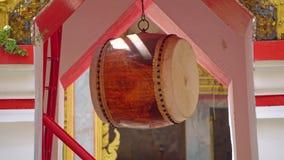 Tambor budista para los rituales en el templo de Buda, un lugar religioso en Asia almacen de video