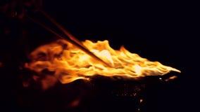 Tambor caliente Los coches de carreras golpearon el tambor Fuego detallado aislado en Hd lleno negro metrajes