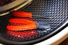 Tambor de acero inoxidable de una lavadora Herramientas para la reparación fotos de archivo