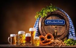 Tambor de cerveja de Oktoberfest e vidros de cerveja fotos de stock royalty free