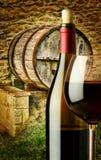 Tambor de madeira para o vinho na explora??o agr?cola imagens de stock royalty free