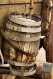 Tambor de madeira velho em um vagão imagem de stock