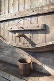 Tambor de vinho de madeira com torneira fotografia de stock