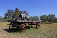 Tambor de vinho do carvalho em um carro de madeira velho Imagem de Stock Royalty Free