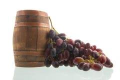 Tambor de vinho e uvas vermelhas fotografia de stock royalty free