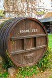 Tambor de vinho de madeira gigante com uma capacidade de 6000 litros imagens de stock royalty free