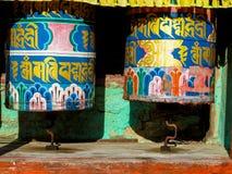 Tambor del Nepali del rezo en una trayectoria de la montaña cerca del templo budista fotos de archivo libres de regalías