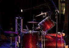 Tambor fijado en etapa en una sala de conciertos imagenes de archivo