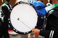 Tambor grande de la banda en desfile foto de archivo libre de regalías