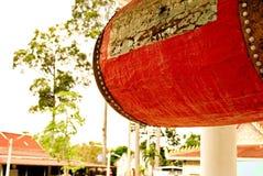 Tambor grande en un budista, templo usado para decir la comida del mediodía fotografía de archivo