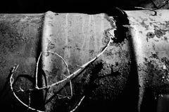 Tambor inútil viejo que aherrumbra con los agujeros blancos y negros imágenes de archivo libres de regalías