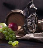 Tambor, queso, una botella de vino y uvas Imagen de archivo libre de regalías