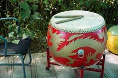 Tambor rojo con adornos asiáticos en la base Imagenes de archivo