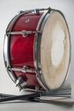 Tambor rojo y cepillos de madera del jazz aislados en un backg blanco Foto de archivo