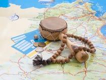 Tambor, rosario, boletos, monedas en el mapa. fotografía de archivo