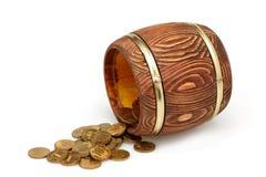 Tambor velho com moedas de ouro Fotografia de Stock Royalty Free