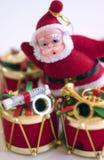 Tambor y Santa de la Navidad Foto de archivo