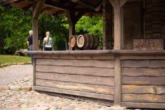 Tambores com cerveja ou vinho no café exterior imagem de stock royalty free