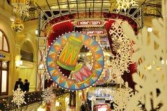 Tambores, copos de nieve e iluminaciones exhaustos de la Navidad en tienda de la GOMA Fotos de archivo libres de regalías