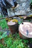 Tambores de acero que contaminan la naturaleza Imagen de archivo