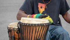 Tambores de derrota del batería temático africano en un funcionamiento fotografía de archivo