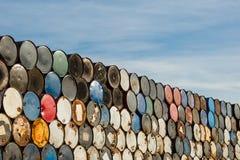 Tambores de 55 galones apilados en uno a en una instalación del almacenamiento fotos de archivo libres de regalías