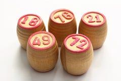 Tambores de madeira com jogos do lotto em dígitos vermelhos Fotografia de Stock