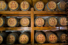 Tambores de madeira do rum na sala de armazenamento Imagem de Stock