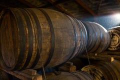 Tambores de madeira na fábrica da cerveja Imagem de Stock