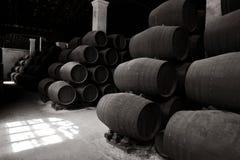 Tambores de madeira velhos da xerez no bodega Fotografia de Stock Royalty Free