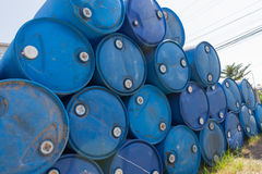 Tambores de petróleo azuis Fotografia de Stock Royalty Free