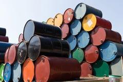 Tambores de petróleo ou cilindros químicos empilhados acima Fotos de Stock Royalty Free