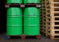Tambores de petróleo verdes imagen de archivo libre de regalías