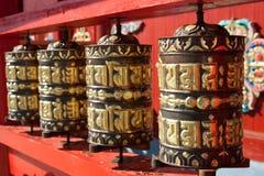 Tambores de rogación en el templo budista Foto de archivo libre de regalías