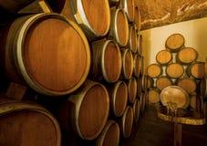 Tambores de vinho da pilha fotos de stock royalty free