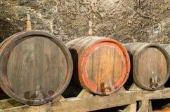 Tambores de vinho de madeira em uma adega subterrânea Fotografia de Stock