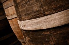 Tambores de vinho em uma adega imagens de stock