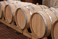 Tambores de vinho em uma adega Foto de Stock