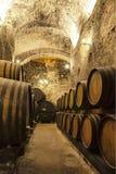 Tambores de vinho empilhados na adega velha Imagens de Stock