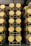 Tambores de vinho empilhados na opinião reta da adega Fotos de Stock