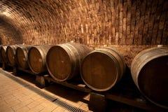 Tambores de vinho na adega Fotografia de Stock