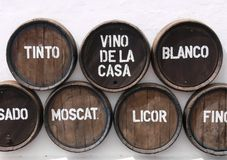 Tambores de vinho na parede Foto de Stock