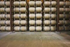 Tambores de vinho no armazenamento Santa Maria California fotografia de stock