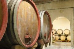 Tambores de vinho velhos em uma adega Fotografia de Stock